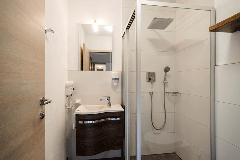 Auf den Bild sieht man das Bad eines Doppelzimmers