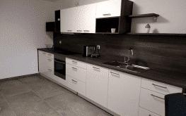 Auf den Bild sieht man die halboffene Küche eines unserer Apartments