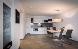 Auf den Bild sieht man das Wohnzimmer eines unserer modern-eingerichteten Apartments
