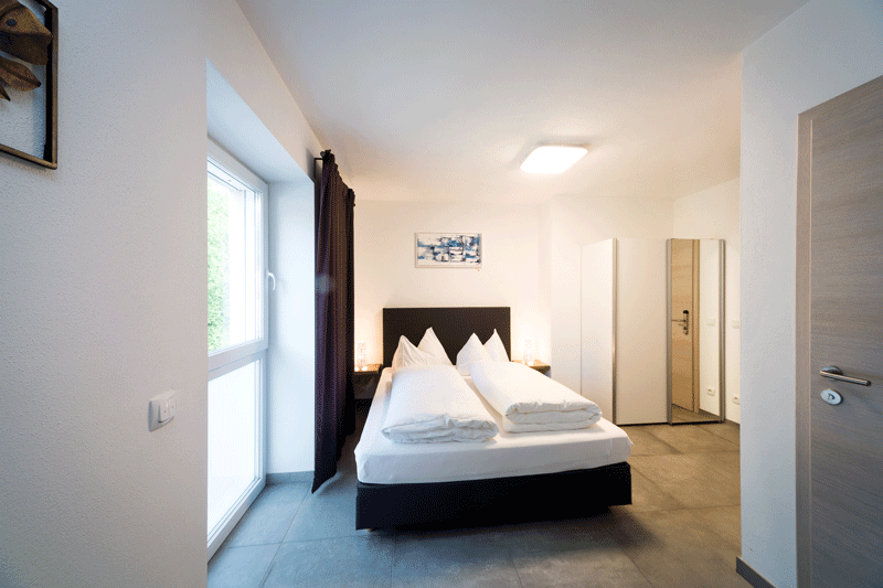 Auf den Bild sieht man eines unserer modern-eingerichteten Doppelzimmer
