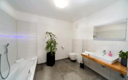 Auf den Bild sieht man das Badezimmer einer unserer hellen Ferienwohnungen