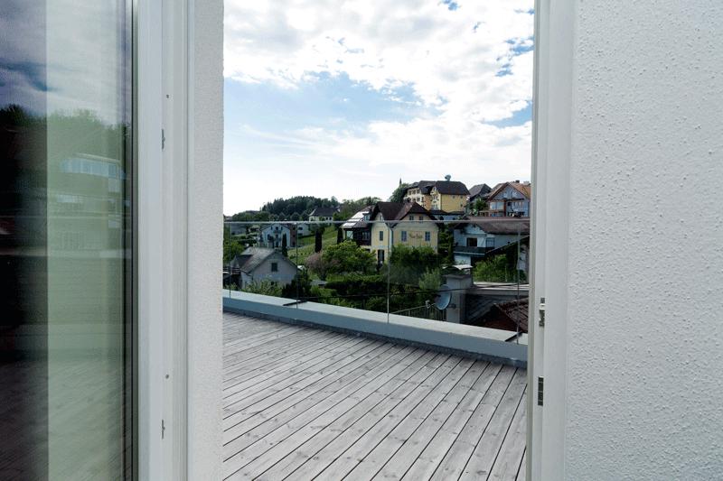 Auf den Bild sieht man den Ausblick einer unserer modern-eingerichteten Ferienwohnungen