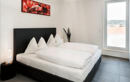 Auf den Bild sieht man das Schlafzimmer einer unserer modern-eingerichteten Ferienwohnungen