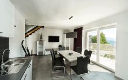 Auf den Bild sieht man das Wohnzimmer einer unserer modern-eingerichteten Ferienwohnungen